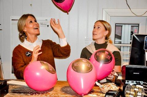 Stina Kviserud og Emilie Høntorp opplyser om fler folk i butikken på nisjebutikkensdag.