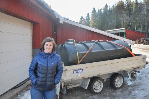 Ida Bamsrud ved Bamsrudlåven er godt fornøyd med hvor fort vanntanken kom på plass. Slik at de 7.500 hønene får vann.