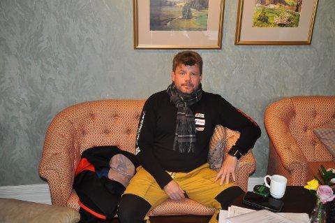 Sten Ihlebakke sitter klar på Smaalenenes Hotell før han skal ha et informasjonsmøte om ekspidisjonen han planlegger.