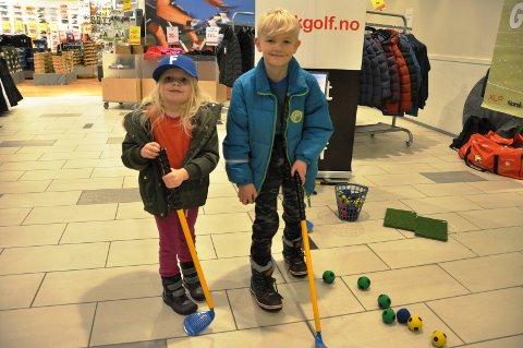 PRØVE GOLF: Sofie og Casper Haugbro fra Havnås fikk prøve seg på golf på standen til Mørk golf.
