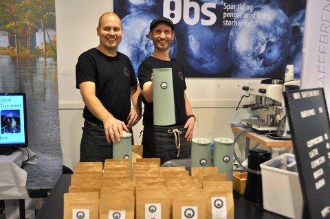 KAFFE: Christian Hattestad Nesset og Lars Johansson serverte kaffe fra Ørje Kaffebrenneri.