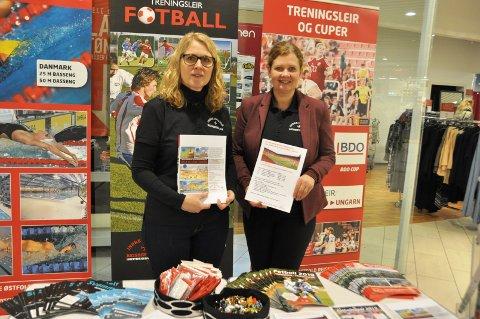 FOTBALLTURER: Grete Hellum og Kjersti Lintho i Indre Østfold Reisebyrå opplyste om fotballturer og andre turer.