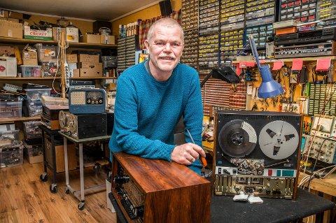 FIKSER: John Harry Berg (63) får orden både på gamle radioer, båndopptakere og høyttalere i sitt verksted hjemme på Havnås.