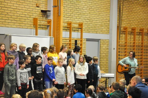 Lærer Thea Sivertsem spilte både gitar og piano da hun akkompagnerte elevene.