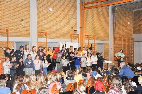 Fjerde klasse ved Grøtvedt skole fremførte en heavy joik. De lagde liv og fikk publikum til å klappe med.