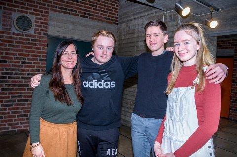 GOD GJENG: Lærer og prosjektleder Ingrid Ysterud (t.v.) er stolt over de flinke elvene - her represnetert ved  Adrian Gundersen (t.v.), Ludvik Jensen og Anna Thorvaldsen.