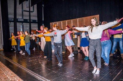 DANS: Danserne er i gang med å øve inn fem ulike dansenummere.