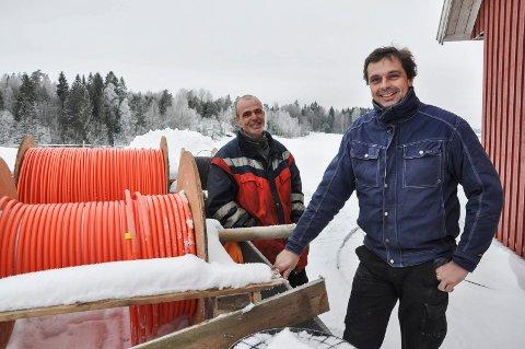 Grendelag går sammen om å grave ned kabel. Stian Haltuff (44) og Jon-Iver Eng (51)