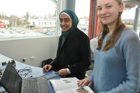 IVRIGE: Syeda Ghousia Fatima og Erika Pliuscikaite er godt fornøyd med det de lærer om informasjonsteknologi.