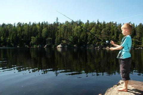IDYLL: På dette arkivbildet er det Isak Tjernsbekk som svinger fiskestanga.  Tjernsbekk