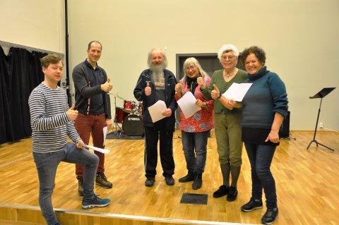 TOMMEL OPP: Arnfinn Løkken og Grethe Anna Larsen (i midten) fra Tomter fikk prøvespille på audition. Regissør Edvin Anstensrud (f.v.), musikkansvarlig Andre Bongard, kostymeansvarlig Irene Hauer Neergaard og manusforfatter Rosa Da Silva ga dem tommel opp.
