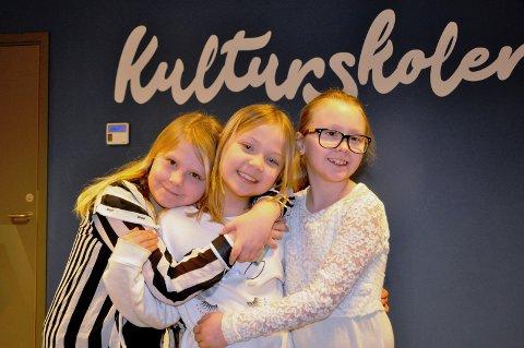 TEATERSPIRER: Emma Johanne Norli Hansen (9), Mina Chasmine Fuglestad Eriksen (8) og Sofie Amilie Norli Hansen (10) er allerede erfarne skuespillere. Nå vil de være med på julespillet og har ambisjoner om å bli verdenskjente.