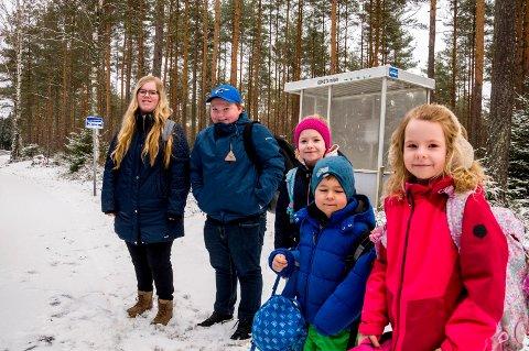 "VED BUSSKURET: Marte Søby (15) (t.v.), Anders Mårud (13), Amalie Røen(9), Elias Røen (7) og  Helmine Røen (8) står klare til å hoppe på skolebussen - rett foran busstoppet som er døpt ""Kørstamåsen"" - på beste Øymark-dialekt."