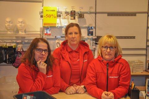 40 ÅRS ERFARING: Anne Kari Sollie Holthe, Mona Hansen Fosser og Mette Lund Solberg har siste arbeidsdag i butikken på lørdag. Samlet har de over 40 års erfaring fra butikken.