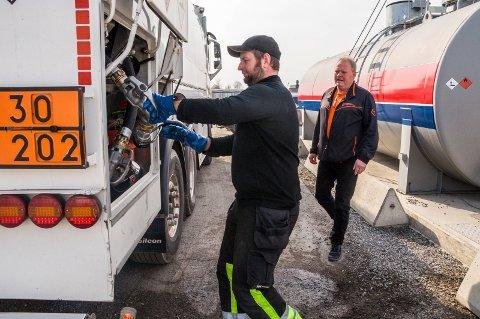 BIOOLJE: Fire tankbiler kjører ut fra Olje- og gassenteret i Rakkestad til Østfold-kunder. Distributør Thorvald Revhaug, Hærland (t.v.) dekker Indre Østfold-området. Eidsbergingen Magne Solbrække (t.h.) er daglig leder i Rakkestad-virksomheten.
