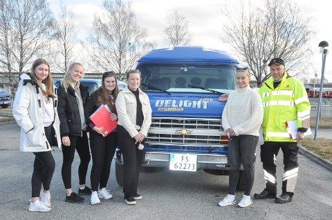 Jentene fra russebilen Delight sammen med Svein Borgen fra Statens vegvesen. Her skal bilen straks opp på vekta.