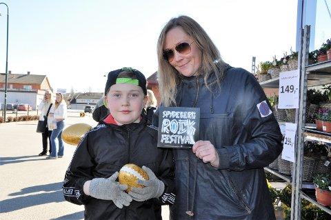 FESTIVALPASS: Camilla Funderud og sønnen Sigurd Funderud Fosse (9) fikk festivalpass og godteri oppi sine egg.