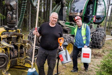 SLOKKEUTSTYR: Skogsentreprenør Mads Ola Jørgensen (t.v.) får slokkeutstyr av produksjonsplanlegger Thore Stenrød i Viken Skog. Selv om vi bare skriver april, tas det ingen sjanser i skogen.