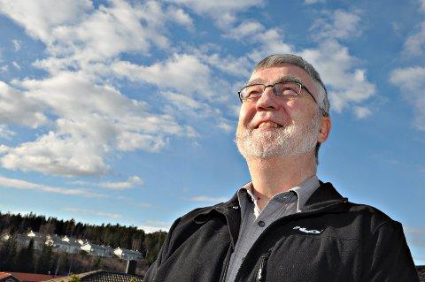 VINDKRAFT: Atle Haga skuer mot himmels - men ser foreløpig ingen tegn til at Fjella blir område for vindkraftutbygging. ARKIVFOTO