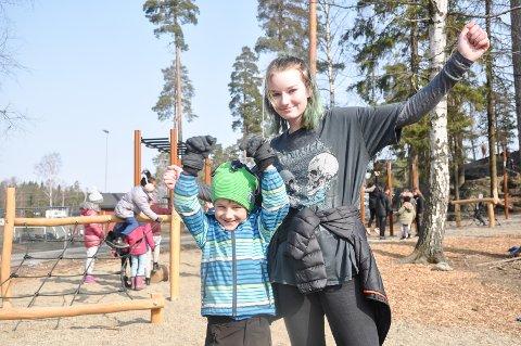 Martin Lia (7) og elevrådsleder Sara Pedersen (13) var strålende fornøyde med at den nye hinderløypa endelig har åpnet.