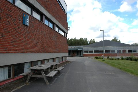 Tre russebusser måtte forlate området ved Askim videregående skole i natt.