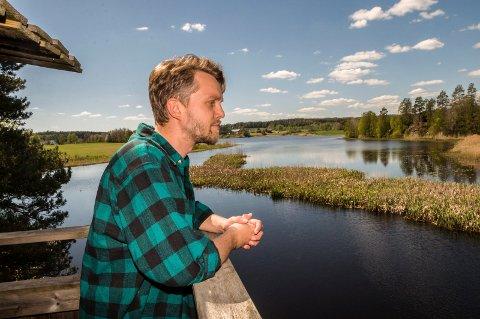 GJØLSJØEN: Lars Kristian Selbekk, vannområdeleder for Haldenvassdraget, speider utover Gjølsjøen. Nå skal forskerne prøve å finne ut hvorfor enkelte fugleslag har mindre hekking i dette naturreservatet enn tidligere.