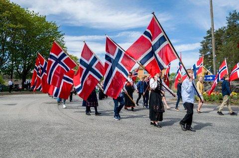Det norske flagget er et viktig symbol ved mange anledninger – som her i barnetoget under 17. mai-feiringen i Marker i fjor. I år skal det også flagges fra kommunale flaggstenger i grensebygda på Kvinnedagen 8. mars.