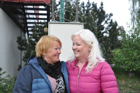 Venninnene Ann-Karin Løken og Marit Trollerud Jansen moret seg, og var glade for at så mange dukket opp - til tross for at Eurovision gikk samme kveld.