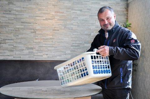 GJØR KLART TIL ÅPNING: Regionsjef i Fonus Dag Bjørgestad jobbet fredag med å gjøre i stand de nye lokalene på Askimtorget klar til åpning på mandag.