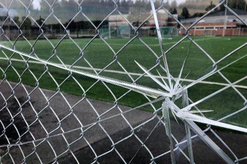 Det tykke glasset står montert ved siden av nettinggjerde og er beskyttet mot treff innenfra banen, men ikke fra utsiden.