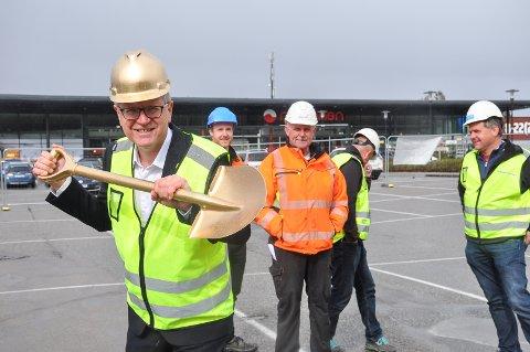 KLAR FOR FØRSTE SPADETAK: Eidsberg-ordfører Erik Unaas hadde for anledningen hjelm og spade i gull.