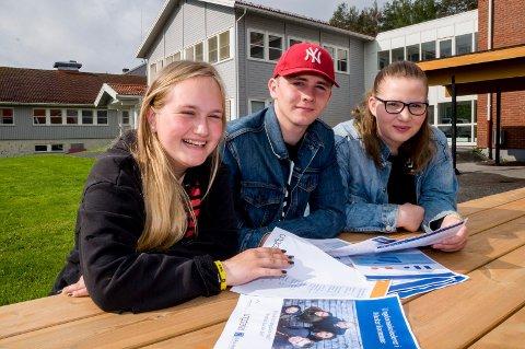 KJENNER SEG IGJEN: 10.-klassingene  Julia Andersen (t.v.),  Nicklas Skjolden og Maren Johnsen blat gjennom Ungdata-undersøkelsen for Marker. De nikker gjenkjennende til konklusjonen om at skjermbruken blant de unge i Marker er skyhøy.