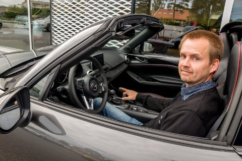 BESTSELGER: Selger Jan Vidar Moen i Osloveien Bil bak rattet i en Mazda MX-5 - bestselger i Norge blant kabrioletene så langt i år (19 solgte).