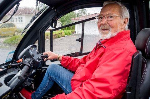 BAK RATTET: Gunvall Andreassen bak rattet på sitt kjøretøy. – Noen tror åpenbart at jeg kjører på feil side av veien, for de setter pekefingeren mot panna si som «idiot-tegn» når de passerer meg, forteller Marker-mannen