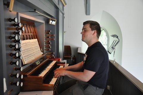 Sommerorganist Syver Minge øver i kirken.