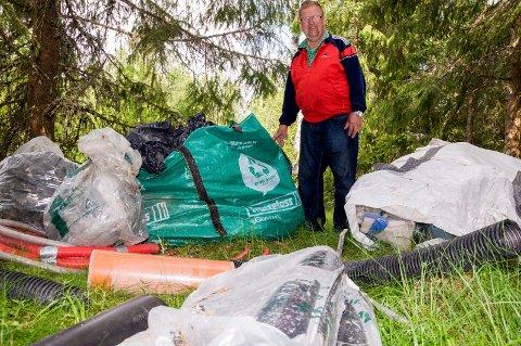 DUMPET: Her har grunneier Hans Anton Jahr (75) funnet alt fra vedovner til sofaer - henslengt bare 20-30 meter fra Lyserenveien.  Denne gang er det sekker og rørdeler som noen har blitt dumpet.