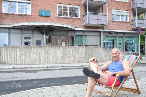 KLAR FOR FERIE: Banksjef i DNB Øystein Undrum har tiltross for grått vær funnet frem sommertøyet. Han gir sine beste råd til dem som har fått litt ekstra penger inn mot ferien.