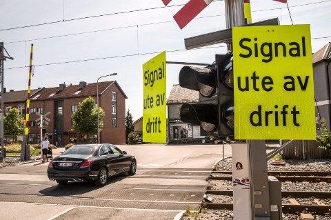 BORTE: Disse skiltene er fjernet og jernbaneovergangene langs Østre Linje blir nå satt i drift igjen.