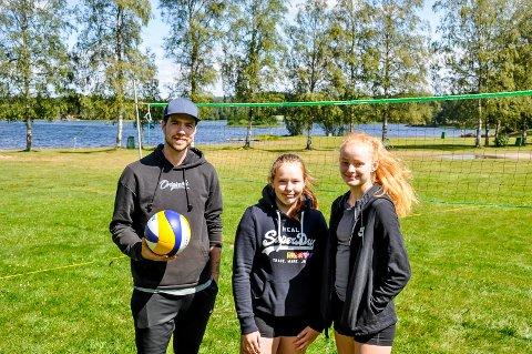 Hallvard Leinebø Seljås sammen med Ingrid Fugleskjelle (15) og Hedda Kiserud (14) sto alene på Lundebyvannet da årets Beachcamp ble åpnet.