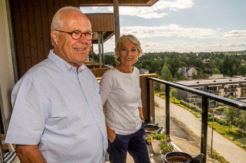 PÅ BALKONGEN: Halfdan og Brita Lie nyter flott utsikt over Mysen og langt sørover i kommunen fra balkongen i Rugdeveien 6.