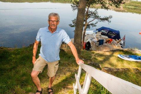SELVSNEKRET: Flyingeniør Terje Nilsen er en nevenyttig kar. Nytt bryggeprosjekt er tatt i bruk ved huset som har flott strandlinje mot Øymarksjøen.