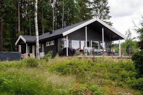 BLIR BOLIG: Den moderne hytta ved Rødenessjøen (med ferdigattest fra i fjor) skulle egentlig tas i bruk som enebolig. Nå må Trøgstad-paret vente på en endelig avgjørelse.