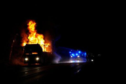 DRAMATISK: Det ble en dramatisk brann, da bussen raskt ble overtent. Heldigvis var det ingen som kom til skade i brannen som oppsto rett etter klokken 2300 fredag kveld.
