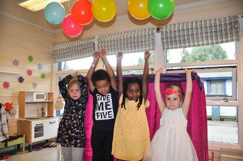 Jenny (4) t.v, John (5), Sara (5) og Lea Serine storkoste seg med bursdagsfeiring i barnehagen.