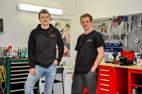 PÅ JOBB: Wojciech Kus og hans kollega Dawid Bak i deres nye verkstedhall.