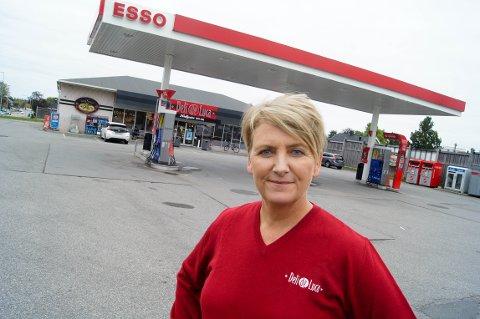 NY SJEF: Linda Stenbråten er den nye sjefen til Esso i Nordbyveien i Ski. Nå er målet å løfte klassikeren tilbake til fordums storhet.