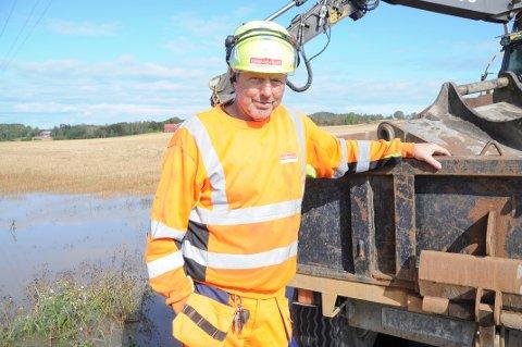 OVERSVØMMELSE: Bjørn Wear fra Grimsrud maskinentreprenør rykket ut for å pumpe bort vannet på den nye gangstien.
