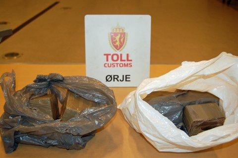 Tollerne fant drøye fem kilo hasj i bilen som svensken kjørte.