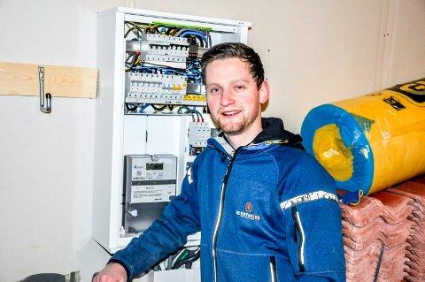 Joacim Tangnes (23) bestemte seg for å bli elektriker ved en tilfeldighet, valget har han ikke angret på siden.