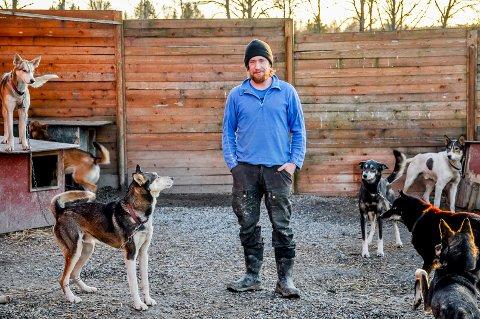 Daniel Haagensen trives best ute med hundene sine. Hundene han har er av rasen Alaska Husky.